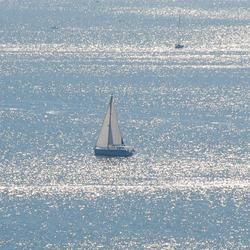 Zonreflectie op zee