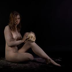 Pagan woman met schedel