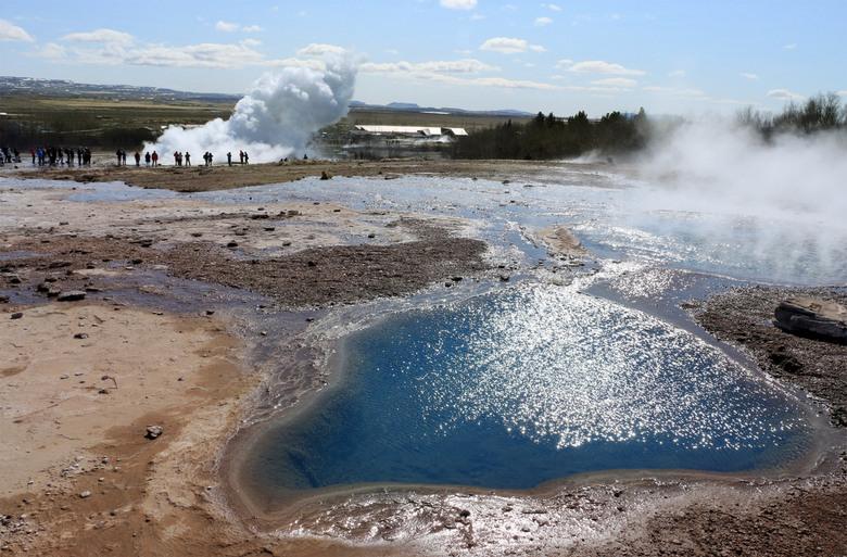 Strokkur strikes again - Een eruptie van de Strokkur, de op één na grootste geiser van het Haukadalur gebied. De grote Geysir ligt ernaast, maar is vr