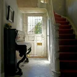 Trap en piano in een verlaten huis