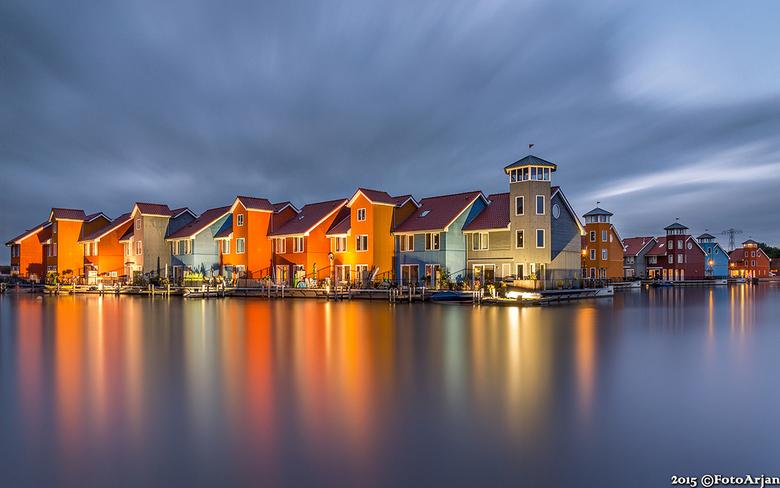 Woningen Reitdiephaven - Afgelopen maandag avond bij de gekleurde woningen aan de jachthaven Reitdiep in Groningen geweest. De gevels worden verlicht