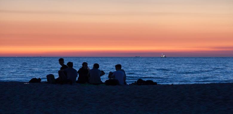 gezellige afsluiter - gezellig napraten op het einde van een warme vakantiedag