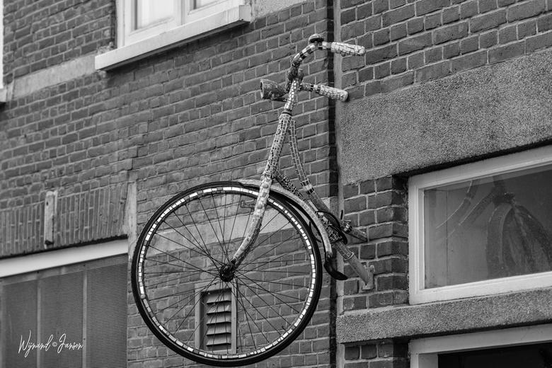 Where did you leave Jantje's bike? - Gewoon bij de voordeur!