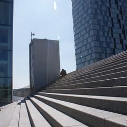 Eenzame mens tussen moderne gebouwen