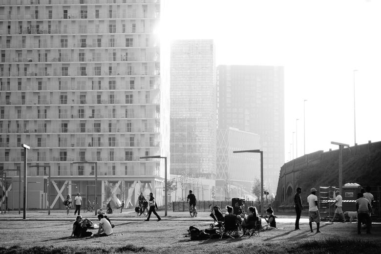"""Park Spoor Noord - Antwerpen - Mensen genieten van het zonnetje in """"Park spoor Noord"""", Antwerpen."""