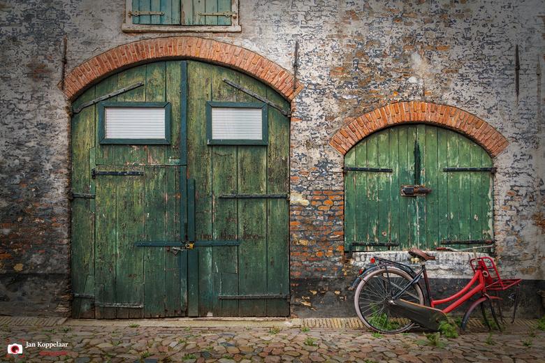 """Verouderd - <span style=""""font-weight:bold;"""">Verouderd.</span><br /> &#039;Verouderd&#039; is gefotografeerd in één van de stegen van Elburg (Gelderla"""