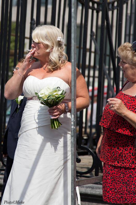 Spanning - Tijdens het opruimen van de markt kwam ineens een bruidspaar tevoorschijn op weg naar het stadhuis. De bruid was enorm nerveus en moest toc