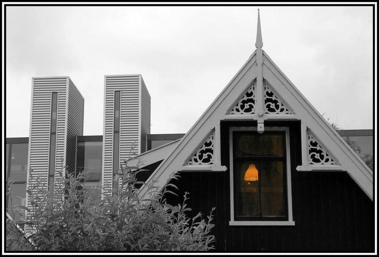 Contrast . - Bouwstijlen .. ..deze foto is gemaakt in de Zaanstreek.  in Wormerveer  op het Schoolpad .