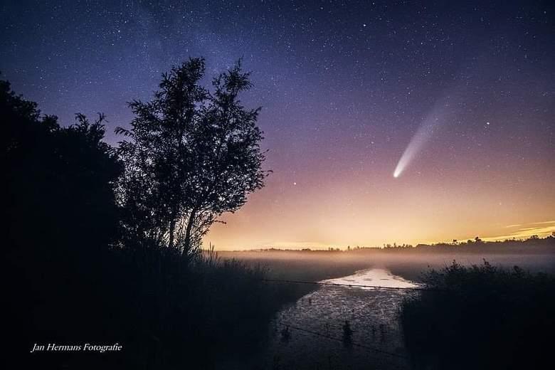 Komeet Neowise - Een compositie-foto van Komeet Neowise in &#039;t Landschap.<br /> <br /> Exif Komeet:<br /> 340mm<br /> Iso8000<br /> 2sec<br /