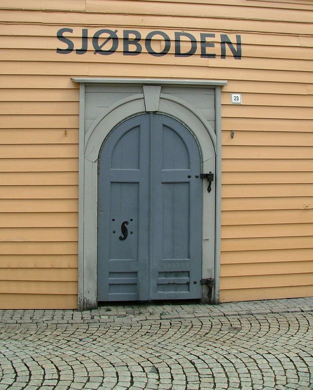 typisch noors - Achter deze deuren schuilt de gezelligste kroeg in de stad bergen ( noorwegen )
