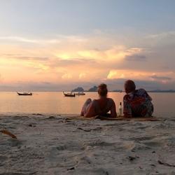 Toppunt van een relaxte vakantie, met z'n tweeën op het strand in prachtig avondlicht