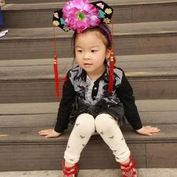 Chinees meisje met leuke hoofdtooi