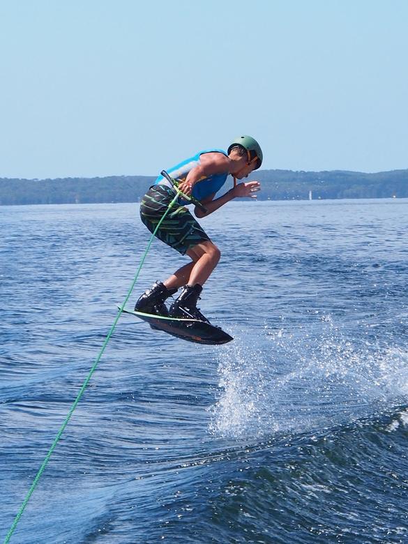 Wakeboarding - Mijn zoon vanaf de boot.