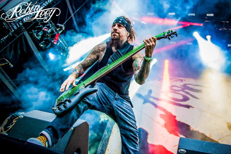 Korn - Fieldy, de bassist van Korn geschoten door Robin Looy Fotografie op Graspop