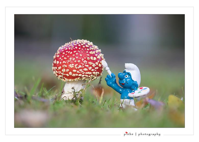 Op heterdaad betrapt.... - Vanmorgen trof ik deze smurf aan en raad eens.... hij schildert de witte stippen op de paddenstoel.... Geheim ontrafeld????