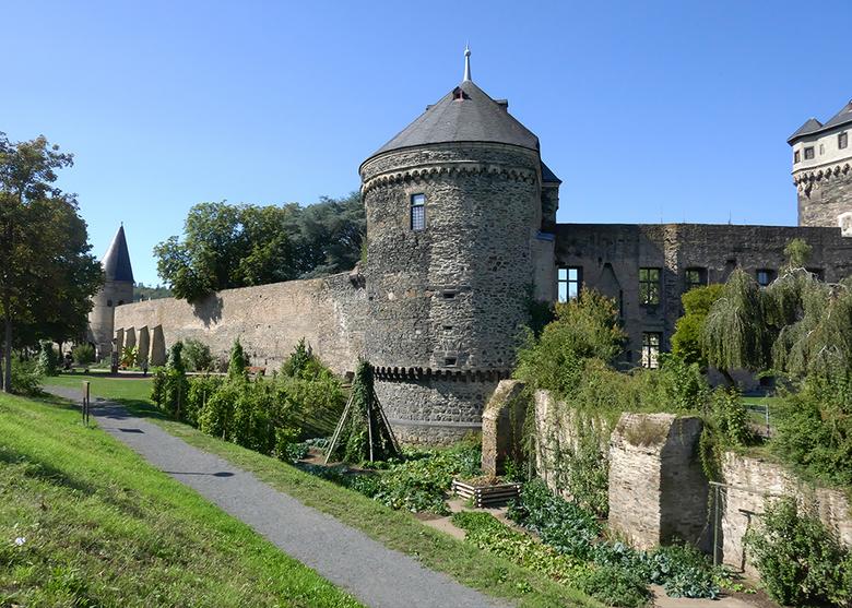 stadsmuur 2009100315mA4w - Andernach in de Eifel aan de Rijn  14e eeuw .vreemd die ramen in de stadsmuur maar dat was paleis kurfürst tegen muur aan