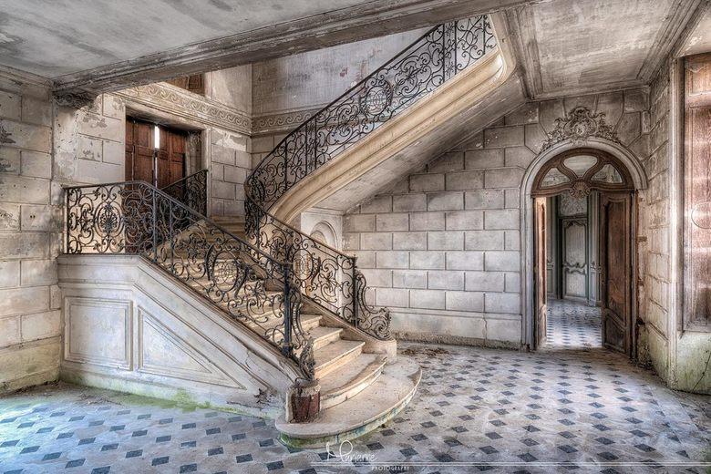 Trappenhal in een verlaten kasteel - Deze geweldige trap is de eyecatcher van een verlaten kasteel