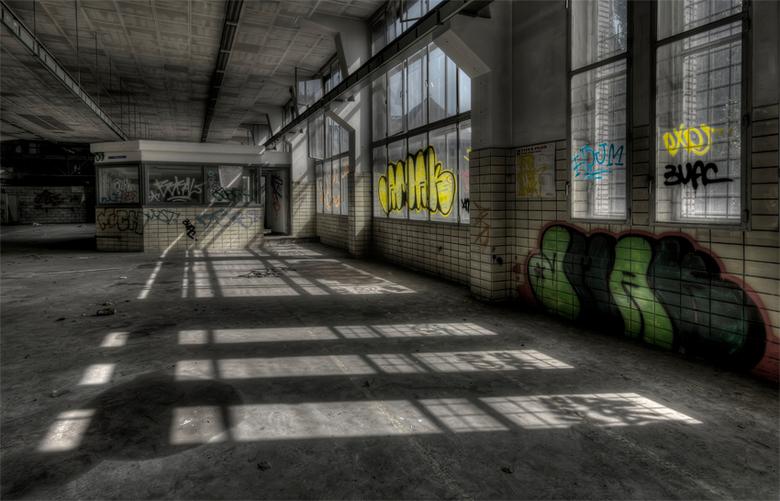 licht als cadeau - binnenvallend licht in  verlaten gebouw<br /> Eerder geplaatst maar nu recht, gecropt, lichter, verscherpt, etc etc.