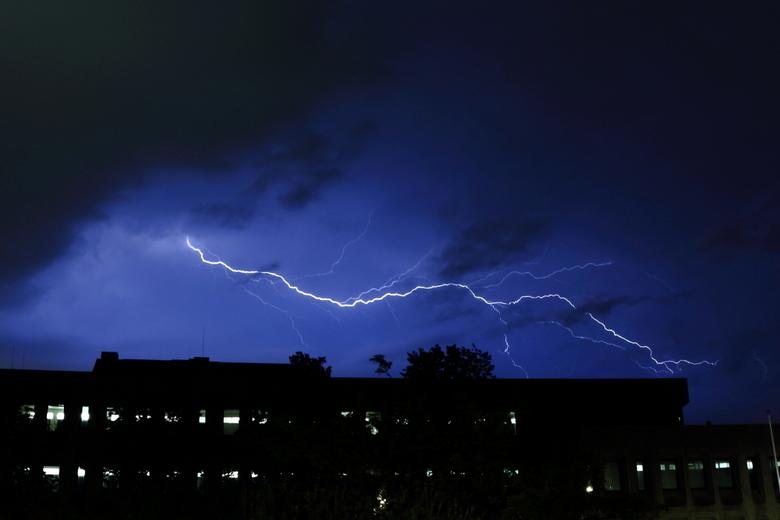 Bliksem - Deze bliksem was mooi boven het politiebureau. Ik heb ook weer veel geleerd over nabewerking door dit onderwerp. Je camera doet rare dingen