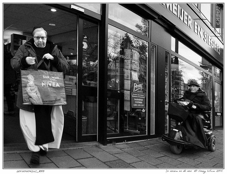 De nozem en de non - ... en NIVEA, een verjongingscreme. Toevallige ontmoeting voor een boekwinkel in Oosterbeek op 4 mei