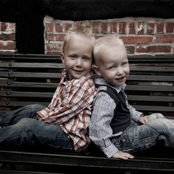 Lucas en Nigel op de bank.