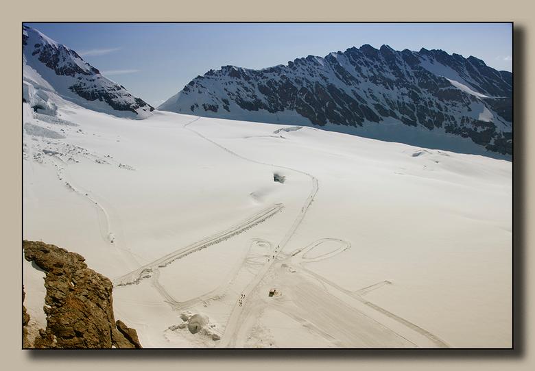 Wandelweg - Vanaf het observatorium op de Jungfraujoch is de wandelweg naar de Mönchjochhütte goed te zien. Het is niet erg ver maar op die hoogte kos
