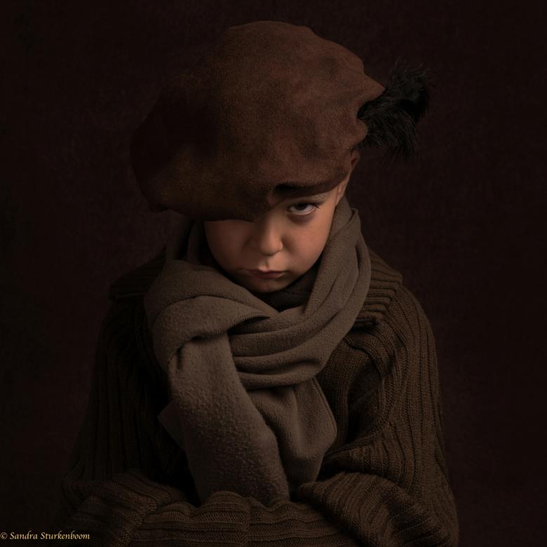 """Bruin - Mijn zoontje wilde zijn papa graag een """"schilderij"""" geven van hemzelf. Kleding en pose heeft hij zelf bedacht."""