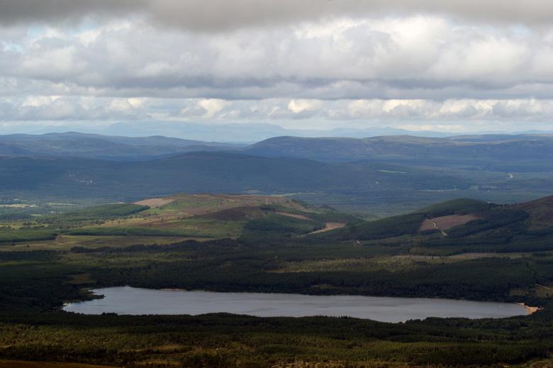 Loch Morlich, Schotland - Uitzicht op Loch Morlich vanuit het Cairngorm nationale park.
