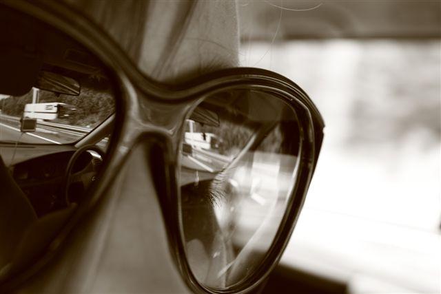 Spiegel - Bril, met spiegelbeeld van de weg en een oog