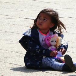 Meisje met haar pop..