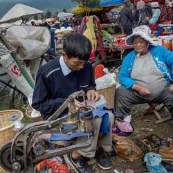 Schoenmaker op de markt in Dali (FC-Z)