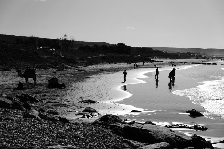 Marokko - Kust - Typisch Marokkaans strand-beeld in b/w. Genomen in Taghazout.