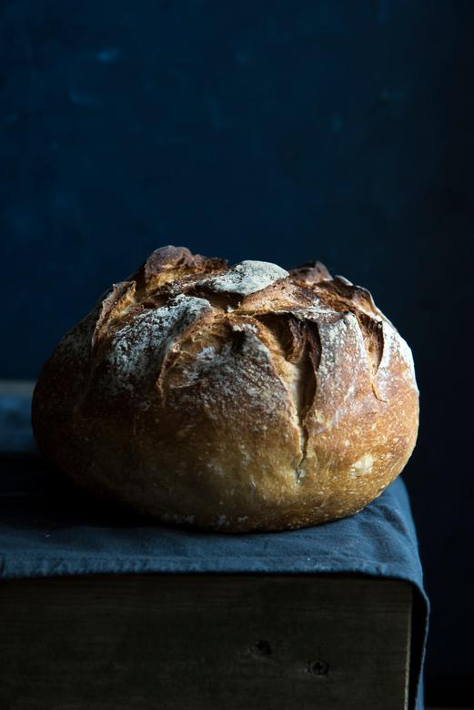 Brood - Eenvoudig stilleven van een vers brood. Gefotografeerd met uitsluitend daglicht.