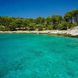 Stil rotsstrand op het eiland Braç in Kroatië