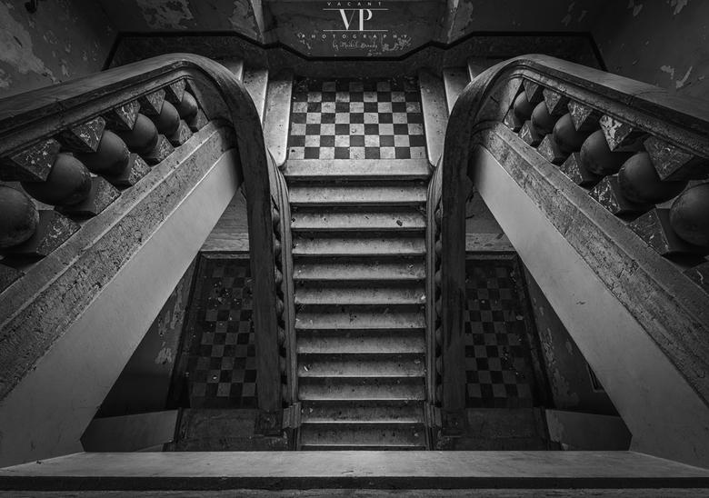 Schaakmat - Prachtige trap in een verlaten pand
