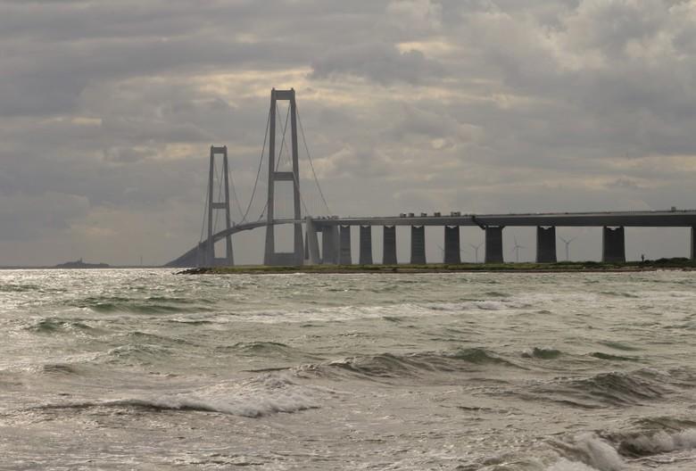 De Brug - De Grote Beltbrug in Denemarken, een mooie brug van meer dan 6 kilometer lang. Als je goed op de details let zie je nog iemand die op dat mo