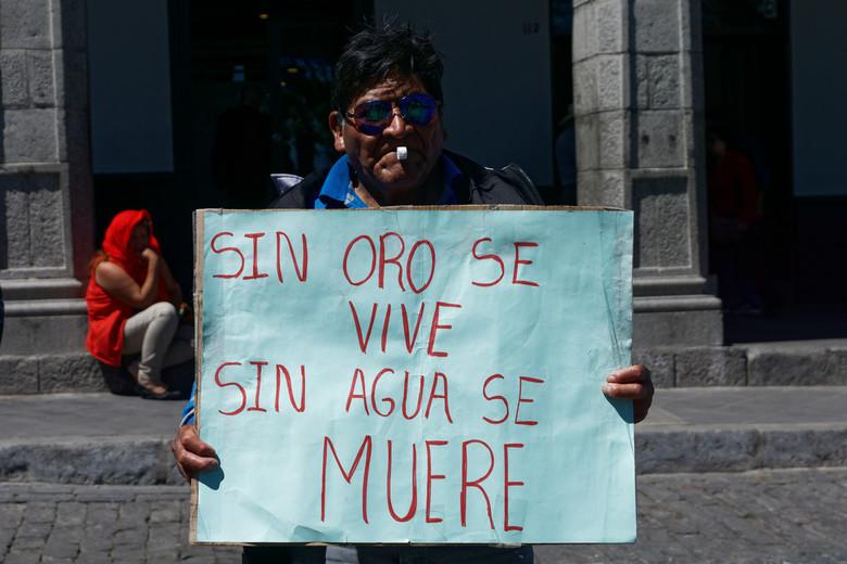 DSC09707joheuvel - Een man protesteert tegen de goudwinning in de Colca-valei. Deze valei staat erom bekend hele diepe kloven te hebben en daar leven