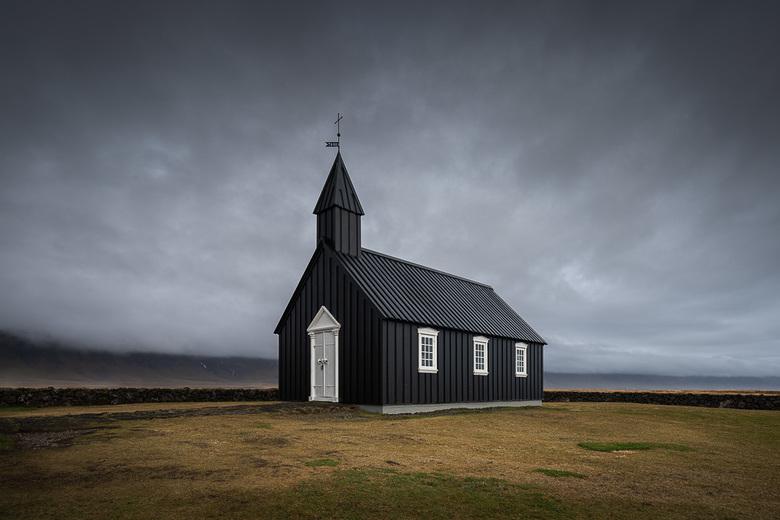 Black Church - Slecht weer boodt de perfecte setting voor deze zwarte kerk te midden van het IJslandse landschap.