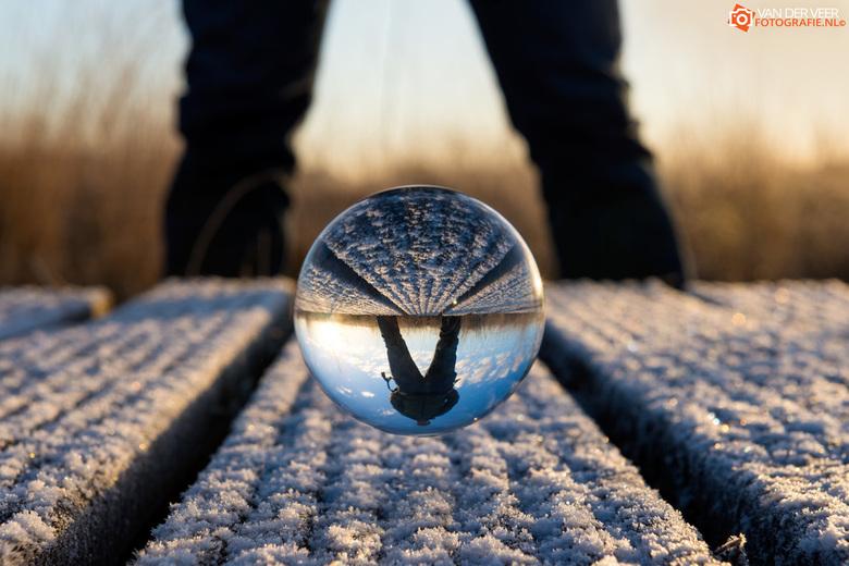 Omgekeerde selfie - Vanmorgen vroeg op de vlonderplanken van het Haaksbergerveen mijn kristallen bol uitgeprobeerd. Het is een soort van selfie geword