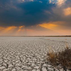 Zonsondergang boven Etosha in Namibië