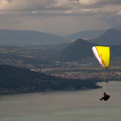 Zweven boven het meer van Annecy......