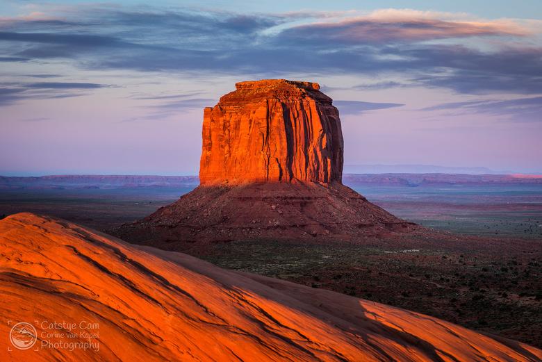 Merrick Butte, Monument Valley - Merrick Butte, verlicht door de laatste zonnestralen tijdens zonsondergang in Monument Valley in de Verenigde Staten