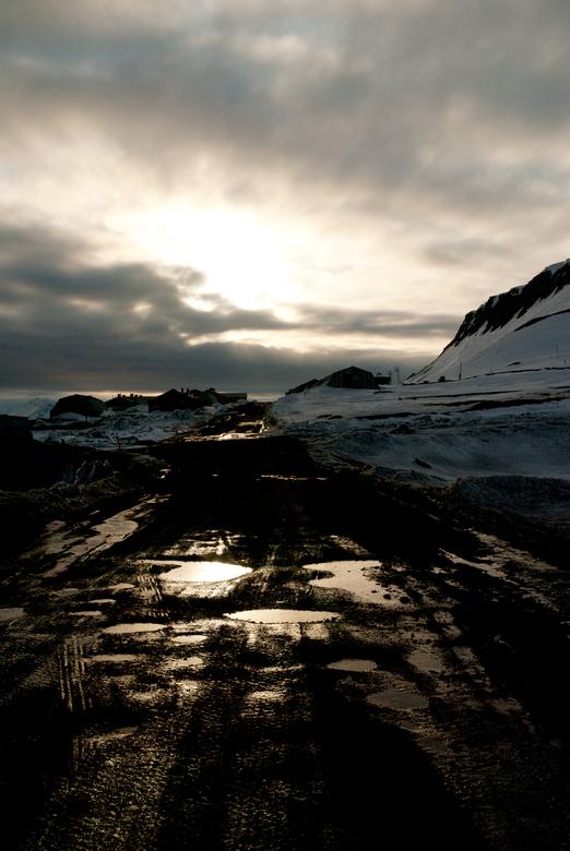Barentsburg - Spitsbergen - De weg is zwart van de steenkool. In de Russische steenkoolmijn van Barentsburg is het nog altijd bedrijvig.