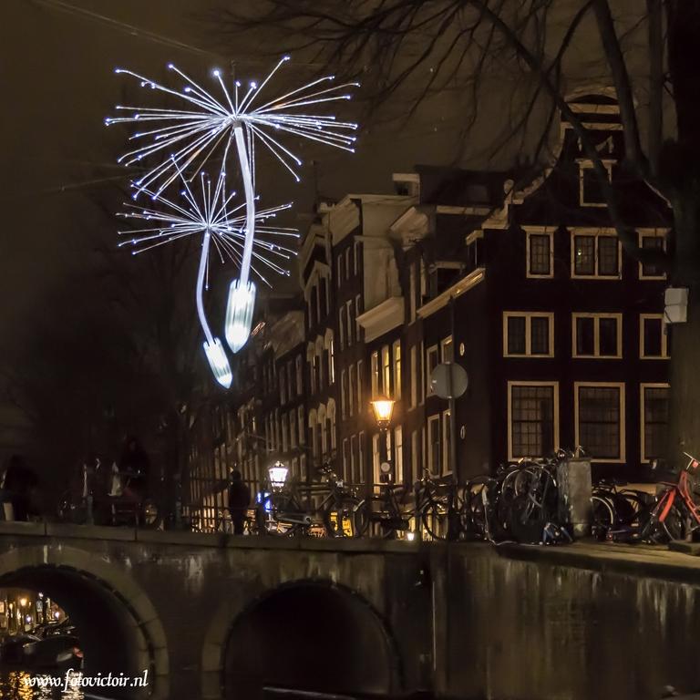 Lightshow Amsterdam vanuit de rondvaartboot vastgelegd - Bedankt voor de reacties op mijn vorige serie. Nu een serie van Amsterdam en een deel van de