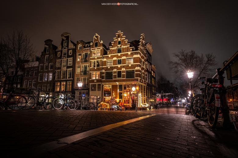 """Papeneiland - Bekende hoek Brouwersgracht en Prinsengracht.<br /> <br /> Groeten Frederik<br /> Volg <a href=""""http://www.vanderveerfotografie.nl"""">w"""