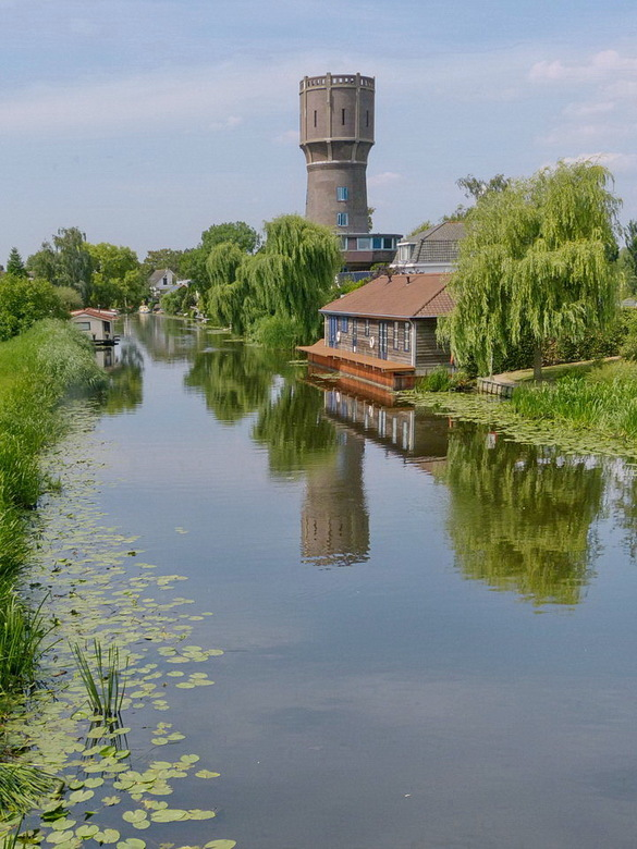 Torenachtig gebouw. - Watertoten van Strijen gebouwd in 1914.<br /> 20 juli 2018.<br /> Groetjes, Bob.