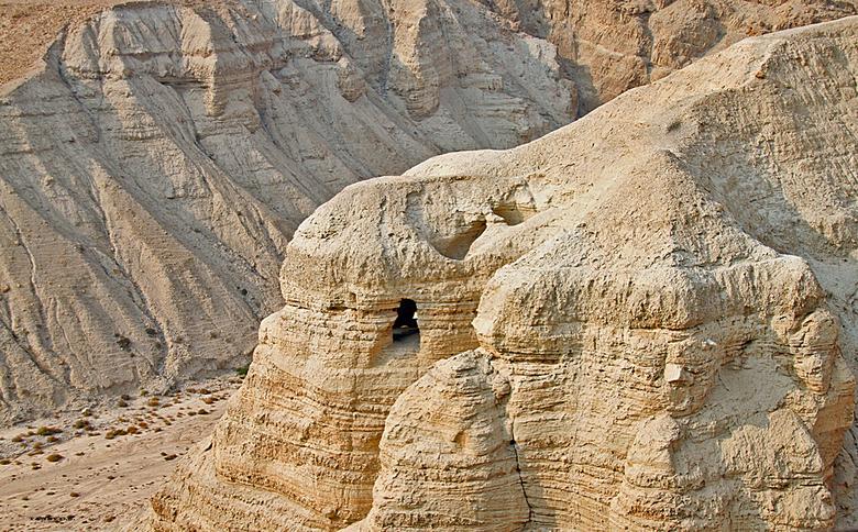 Grotten van   Qumran ( Koemran). - De grotten van  Qumran.-Koemran aan de Westoever van de Dode zee .<br />  Hier vond een Bedoeienenjongetje in een