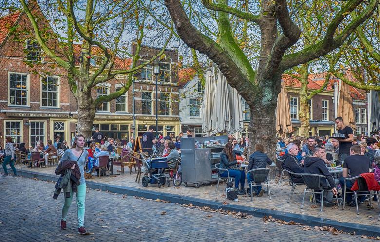 Stadstafereel 3 - De Beestenmarkt in Delft was nog behoorlijk bezet de laatste paar dagen van November.<br /> Ook weer met of zonder jan.