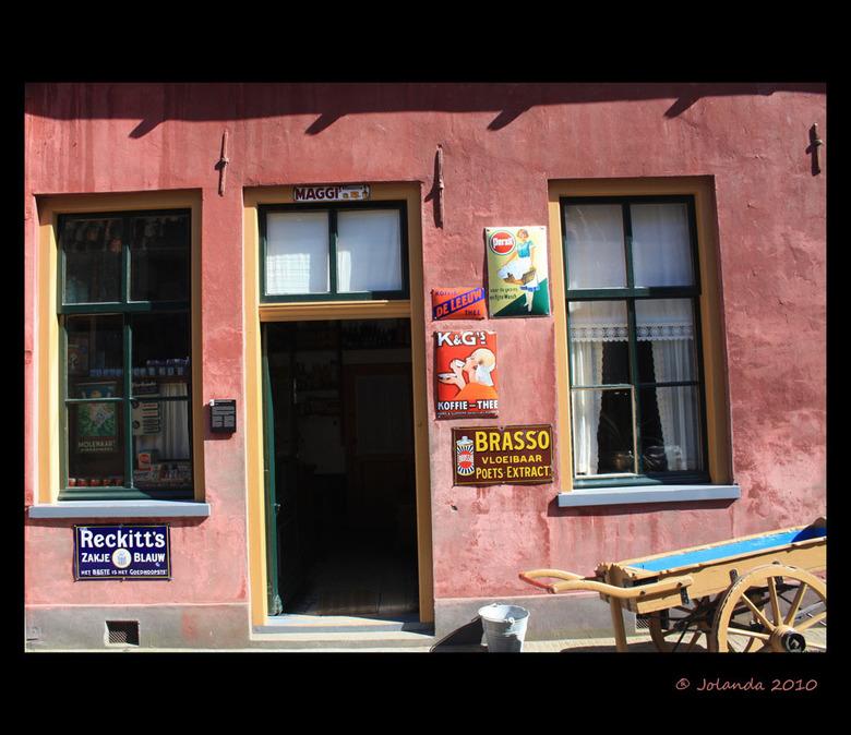 Ouderwets winkeltje - Heerlijk ouderwets winkeltje in het Zuiderzee museum in Enkhuizen.<br /> <br /> Groetjes,<br /> Jolanda