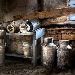 Melkbussen in een oude schuur